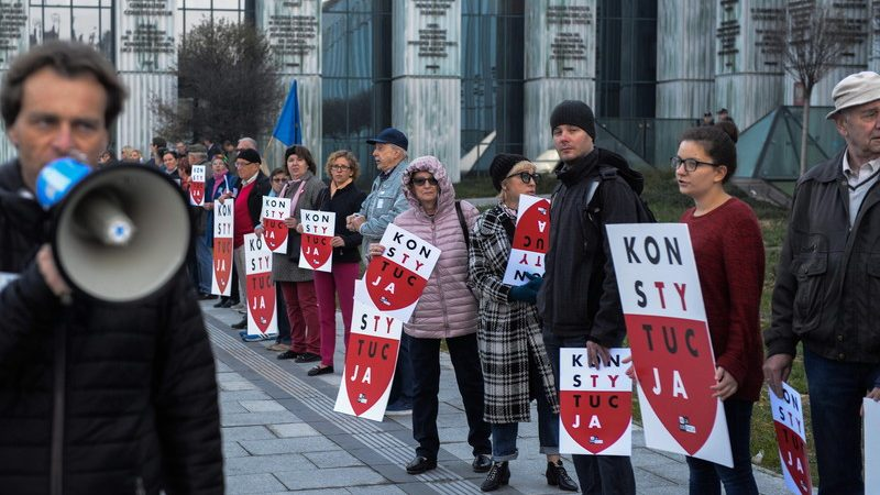 """Хора държат плакати с надпис """"Конституция"""" по време на протеста си пред сградата на Върховния съд във Варшава, Полша, 11 октомври 2018 г."""